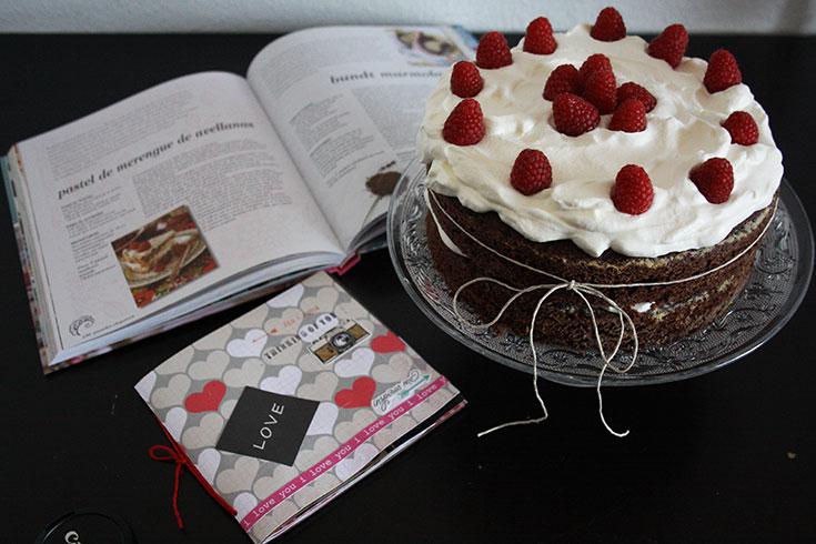 Pastel de chocolate con nata y frambuesas