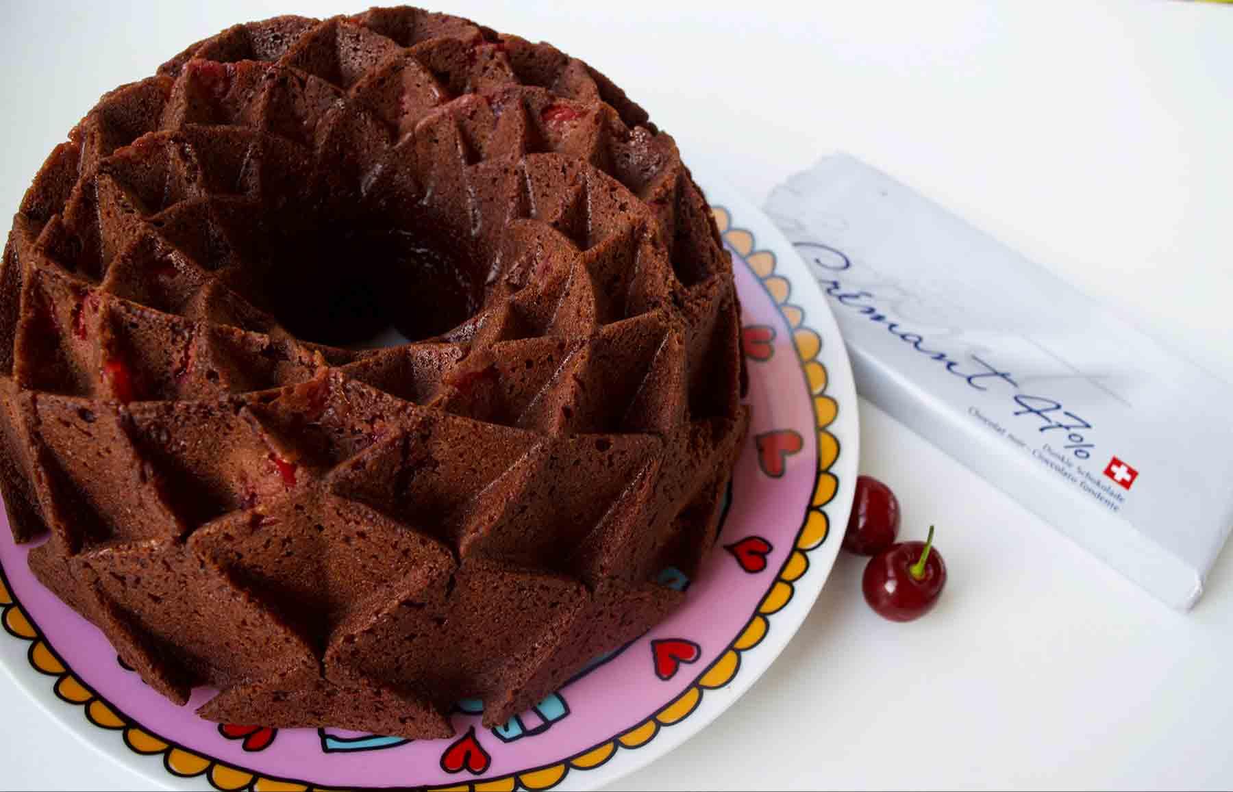 plum cakec hocolate y cerezas